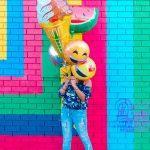 カラフルな壁と風船を持つ人