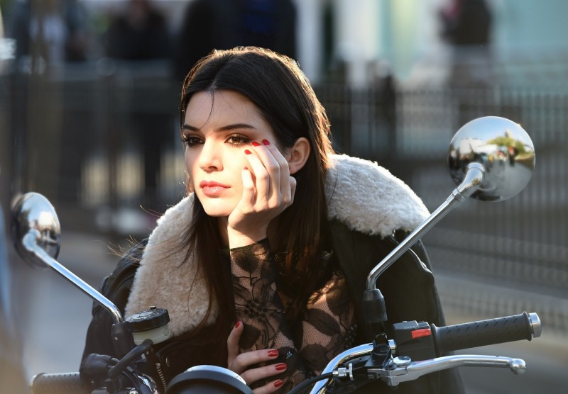 Behind_the_scenes_on_an_Estée_Lauder_ad_shoot_with_Kendall_Jenner._Photo_courtesy_of_Estée_Lauder