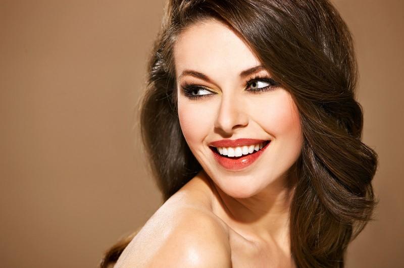 エスティーローダー風メイクをしている微笑んでいる女性