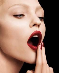 口紅を落とす女性